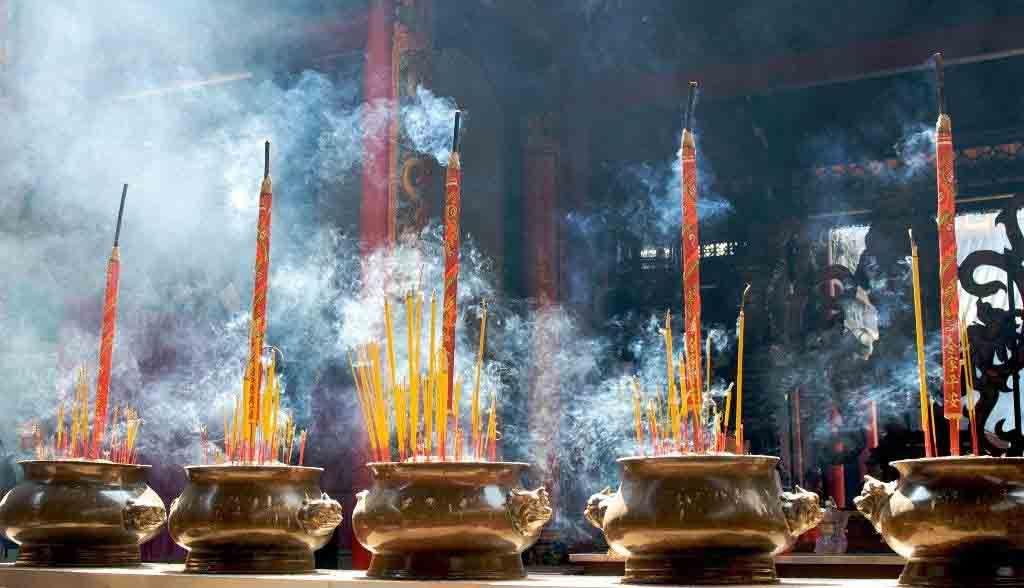 Vietnam Reisen - Räucherstäbchen in einem Tempel im Chinatown von Saigon