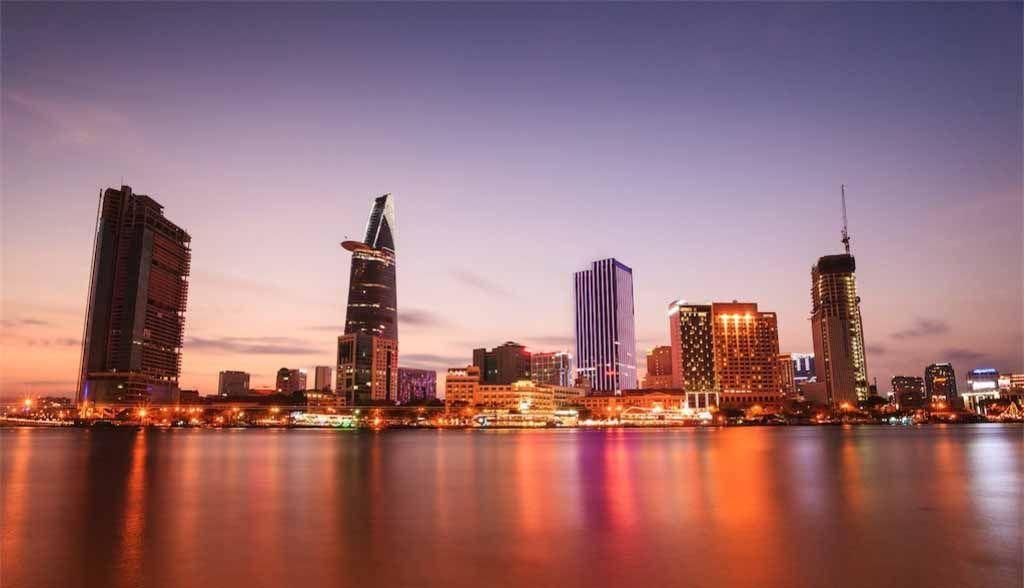 Vietnam Reisen - Die Skyline von Saigon vom Fluss aus gesehen