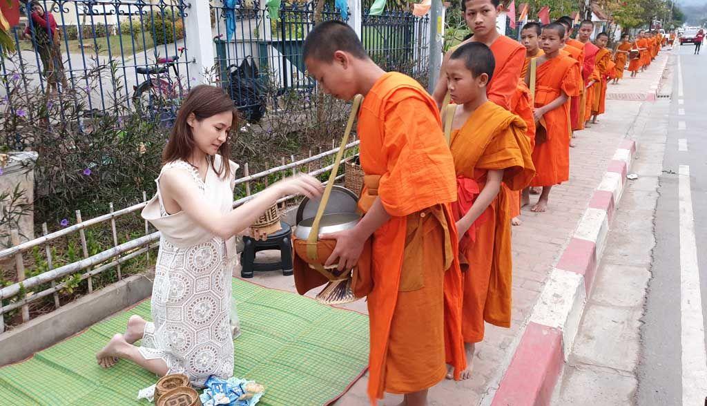 Laos Reisen - Luang Prabang Mönchsprozession (9)